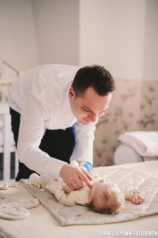 Fotograf na przygotowaniach do chrzcin